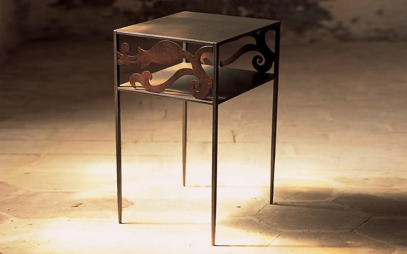 http://www.caporali.it/wp-content/uploads/2014/01/comodini-in-ferro-battuto-moderni.jpg